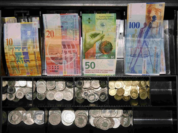 The new 50 Swiss Franc note is seen in a store after its release by the Swiss National Bank (SNB) in Bern, Switzerland April 12, 2016.  REUTERS/Ruben Sprich