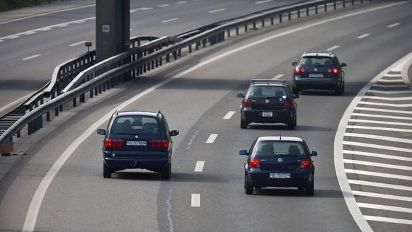 THEMENBILD ZUR SESSION THEMA RECHTSVORBEIFAHREN AUF AUTOBAHN --- Autos sind unterwegs auf der Autobahn A1 in Oftringen im Kanton Aargau, aufgenommen am 25. September 2009. (KEYSTONE/Gaetan Bally)