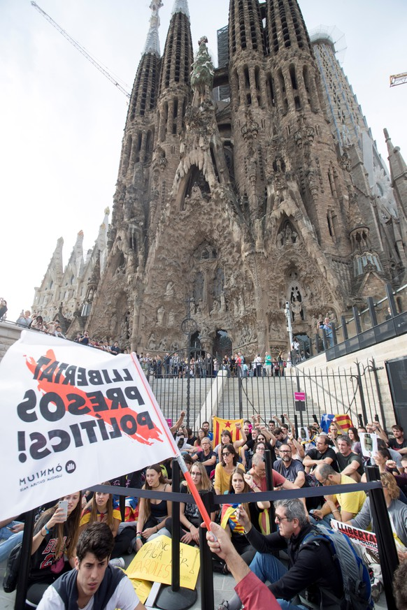 epa07929942 Protesters gather at the Sagrada Familia basilica in Barcelona, Spain, 18 October 2019, during the general strike called as a protest against the sentence that condemns Catalan leaders to 9, 11, 12 and 13 years imprisonment for sedition, and in some cases embezzlement, for holding an illegal referendum on 01 October 2017.  EPA/MARTA PEREZ