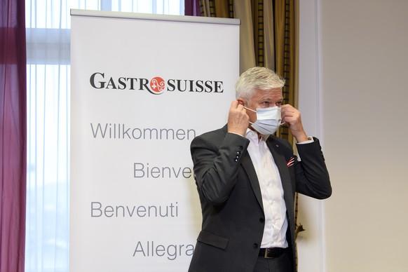 Daniel Borner, Direktor GastroSuisse, nimmt seinem Schutzmaske auf, nach einem Point de Presse zu den neuen Massnahmen, die der Bundesrat heute beschlossen hat, am Freitag, 11. Dezember 2020 im Bellevue Palace in Bern. (KEYSTONE/Anthony Anex)