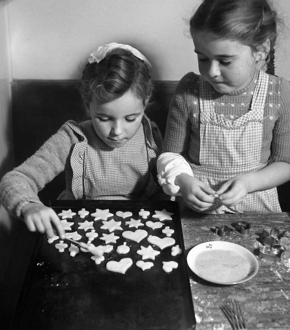 Bereits 1950 bestrichen die Schweizerinnen und Schweizer ihre Weihnachtsguezli fleissig mit Eiern. Heute müssen Import-Eier die Versorgung der Konsumentinnen und Konsumenten zur Weihnachtszeit sicher stellen.