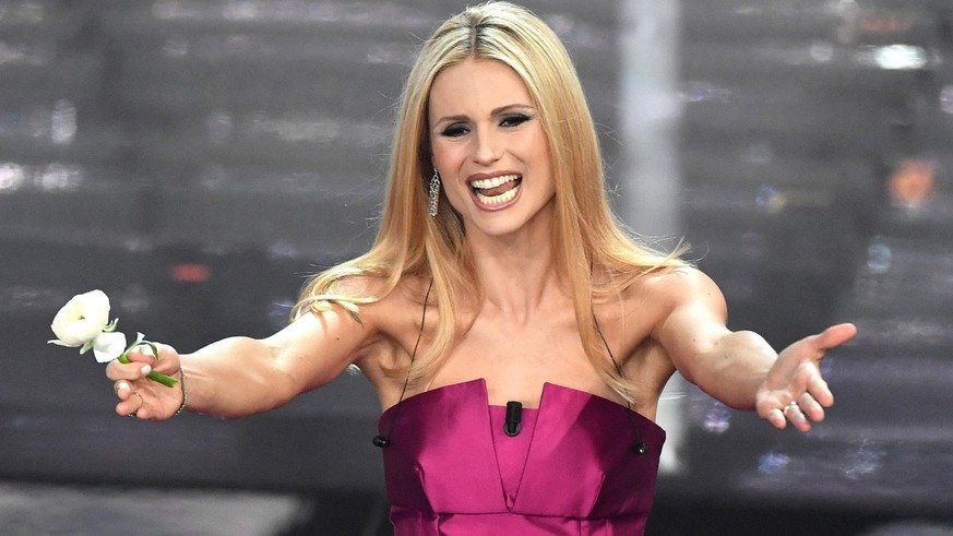 epa06503645 Swiss-Italian TV presenter Michelle Hunziker on stage at the 68th Sanremo Italian Song Festival, in Sanremo, Italy, 07 February 2018. The festival will run from 06 to 10 February.  EPA/ETTORE FERRARI