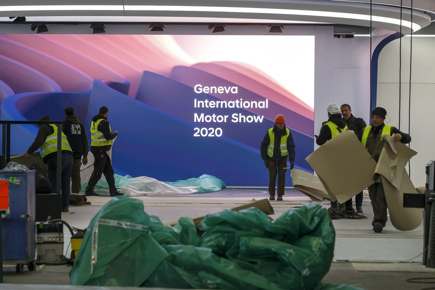 epa08255732 Workers dismantle a booth after the 90th Geneva International Motor Show (GIMS) was cancelled by Swiss authorities, at the Palexpo in Geneva, Switzerland, 28 February 2020 The 90th edition of the International Motor Show, scheduled to begin on March 5th, is cancelled due to the advancement of the (Covid-19) coronavirus in Switzerland. The Swiss confederation announced that all events involving more than 1,000 people would be banned until 15 March.  EPA/SALVATORE DI NOLFI