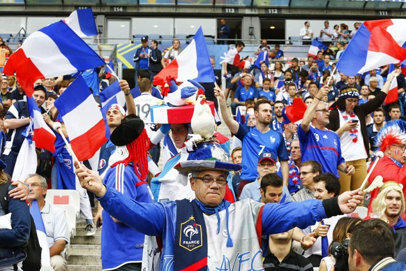epa05355452 French fans cheer for their team before the UEFA EURO 2016 group A preliminary round match between France and Romania at Stade de France in Saint-Denis, France, 10 June 2016.  (RESTRICTIONS APPLY: For editorial news reporting purposes only. Not used for commercial or marketing purposes without prior written approval of UEFA. Images must appear as still images and must not emulate match action video footage. Photographs published in online publications (whether via the Internet or otherwise) shall have an interval of at least 20 seconds between the posting.)  EPA/ABEDIN TAHERKENAREH   EDITORIAL USE ONLY