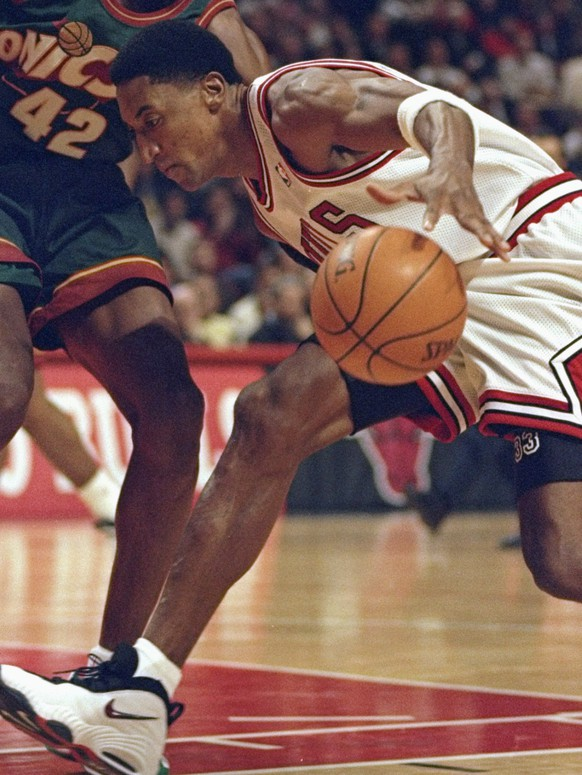 13 Jan 1998:  Guard Scottie Pippen of the Chicago Bulls and forward Vin Baker of the Seattle Supersonics fight for the ball during a game at the United Center in Chicago, Illinois.  The Bulls won the game, 101-91. Mandatory Credit: Jonathan Daniel  /Allsp