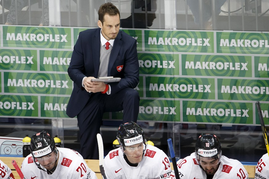 Patrick Fischer, head coach of Switzerland national ice hockey team, looks on his players, during the IIHF 2016 World Championship preliminary round game between Czech Republic and Switzerland, at the Ice Palace, in Moscow, Russia, Tuesday, May 17, 2016. (KEYSTONE/Salvatore Di Nolfi)
