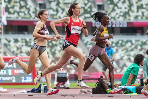 Lore Hoffmann  (SUI), center, races in the first round  of the women's 800m, behind Winnie Nanyondo  (UGA) and before Madeleine Kelly  (CAN) at the Olympic Games in Tokyo, on Friday, July 30, 2021 (KEYSTONE/ATHLETIX.CH/ULF SCHILLER)
