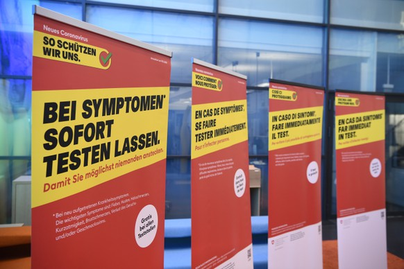 Die neuste Praeventionskampagne des BAG steht im Vorraum des Medienzentrums vor einem Point de Presse zum Coronavirus mit Fachexperten des Bundes, am Freitag, 20. November 2020 im Medienzentrum Bundeshaus in Bern. (KEYSTONE/Anthony Anex)