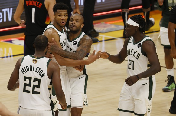 epa09351419 Milwaukee Bucks (L-R) Khris Middleton, Giannis Antetokounmpo, P.J. Tucker and Jrue Holiday celebrate after defeating the Phoenix Suns in game 5 of 2021 NBA Finals basketball playoff series between the Phoenix Suns and the Milwaukee Bucks at Phoenix Suns Arena in Phoenix, Arizona, USA, 17 July 2021.  EPA/TANNEN MAURY SHUTTERSTOCK OUT
