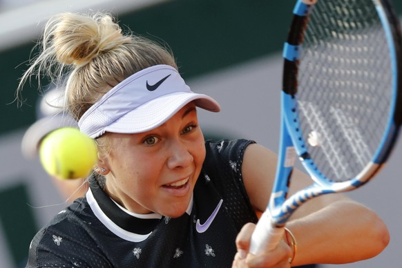 Amanda Anisimova of the U.S. plays a shot against Spain's Aliona Bolsova during their fourth round match of the French Open tennis tournament at the Roland Garros stadium in Paris, Monday, June 3, 2019. (AP Photo/Christophe Ena)