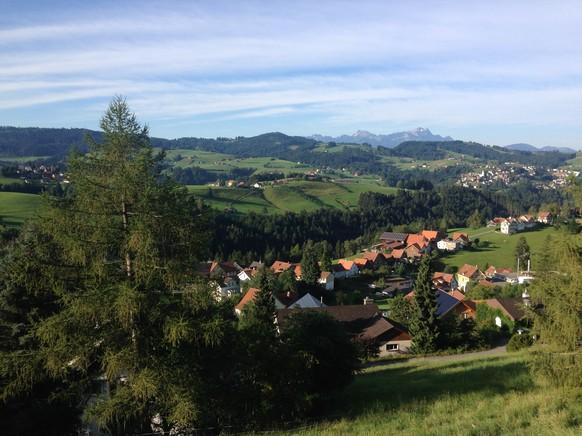 Ein herrlicher Morgen zum Start der 28. Etappe. Der Blick von Rehetobel (Gemeinde 338) Richtung Säntis.