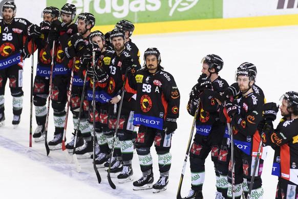 SCB Spieler reagieren nach der Niederlage (2-3), im ersten Eishockey Playoff-Halbfinalspiel der National League zwischen dem SC Bern und dem ZSC Lions, am Dienstag, 27. Maerz 2018, in der PostFinance Arena in Bern. (KEYSTONE/Anthony Anex)