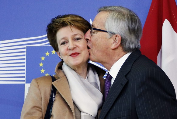 European Commission President Jean-Claude Juncker kisses Swiss President Simonetta Sommaruga (L) ahead of a meeting at the EU Commission headquarters in Brussels February 2, 2015.   REUTERS/Francois Lenoir (BELGIUM - Tags: POLITICS)