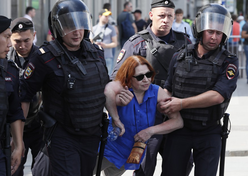 epa07744038 Russian riot police detain a participant of an unauthorized liberal opposition protest near the office of the mayor, in Moscow, Russia, 27 July 2019. Activists and protesters say that Russian election authorities are preventing opposition candidates from running in upcoming municipal elections for the Moscow City Duma, according to reports.  EPA/YURI KOCHETKOV