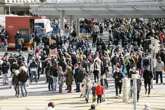 Die Polizei kesselt Personen ein anlaesslich einer Demonstration gegen die verordneten Corona Schutzmassnahmen, am Samstag, 20. Maerz 2021, in Bern. (KEYSTONE/Peter Schneider)