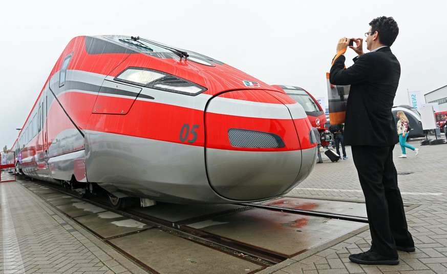 epa04418701 A visitor takes a photo of the Italian high-speed train 'Frecciarossa 1000' at the InnoTrans International Trade Fair for Transport Technology in Berlin, Germany, 26 September 2014. The technology fair will run from 23 until 28 September 2014.  EPA/STEPHANIE PILICK