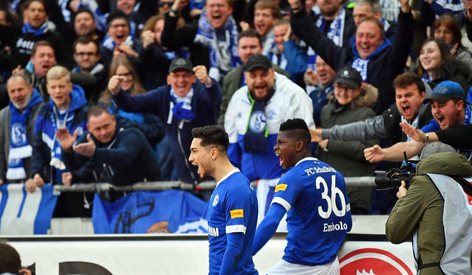 epa07476406 Schalke's Suat Serdar (L) celebrates with his teammate Breel Embolo (R) after scoring the 1-0 lead during the German Bundesliga soccer match between Hannover 96 and FC Schalke 04 in Hanover, Germany, 31 March 2019.  EPA/DAVID HECKER CONDITIONS - ATTENTION: The DFL regulations prohibit any use of photographs as image sequences and/or quasi-video.