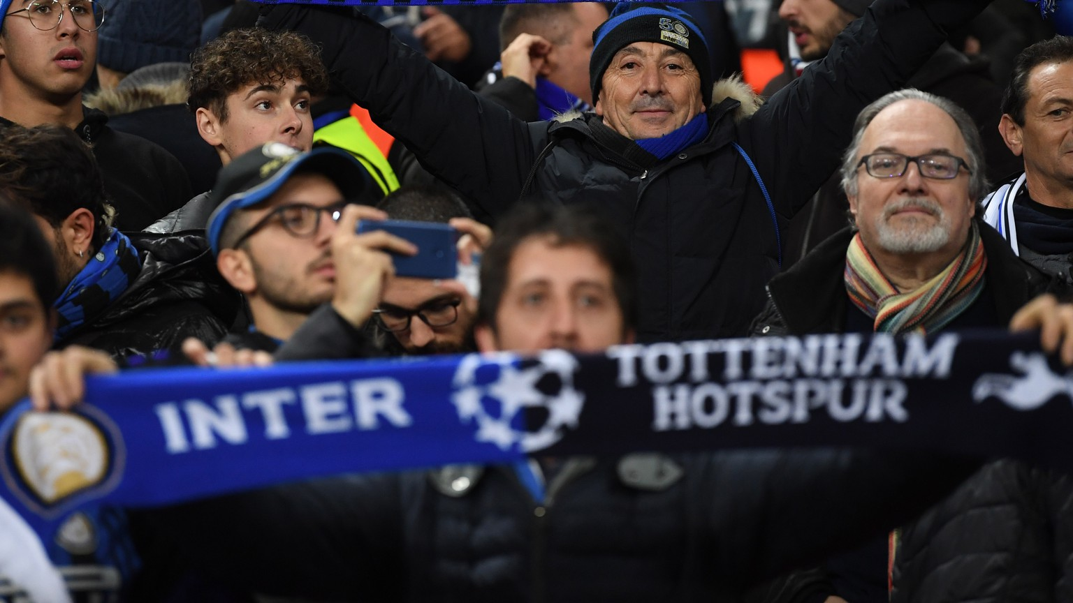 epa07195755 Inter Milan fans cheer for their team ahead of the UEFA Champions League Group B soccer match between Tottenham Hotspur and Inter Milan at Wembley Stadium in London, Britain, 28 November 2018.  EPA/NEIL HALL