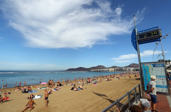 epa08034957 Tourists enjoy the warm and sunny weather at Las Canteras beach in Las Palmas de Gran Canaria, Canary Islands, Spain, 30 November 2019, as temperatures increased to 27 degrees Celsius.  EPA/ELVIRA URQUIJO A.