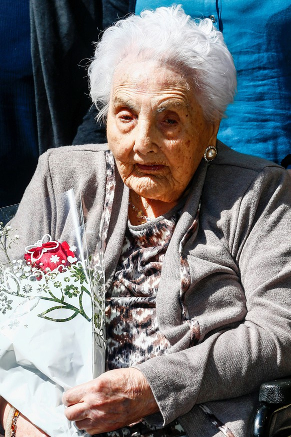 epa06392104 (FILE) Spaniard Ana Vela, Europe's oldest woman, during an act in her honor, 28 April 2017. Ana Vela, who was 116 years old, passed away in Barcelona, northern Spain, on 15 December 2017.  EPA/QUIQUE GARCÍA