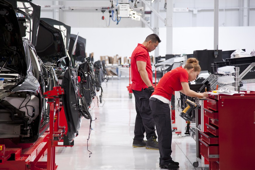 ARCHIVBILD ZUM GEPLANTEN STELLENABBAU BEI TESLA, AM DIENSTAG, 12. JUNI 2018 - epa06064181 In this handout photo made available by Tesla Motors on 03 July 2017 shows workers at the Fremont Factory in Fremont, California, USA, 24 May 2012.  EPA/HANDOUT HANDOUT  HANDOUT EDITORIAL USE ONLY/NO SALES