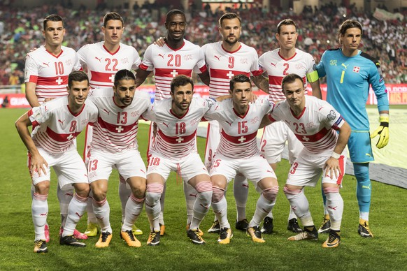The Swiss team with top from left, Granit Xhaka, Fabian Schaer, Johan Djourou, Stephan Lichtsteiner and goalkeeper Yann Sommer, and bottom from left, Remo Freuler, Ricardo Rodriguez, Admir Mehmedi, Blerim Dzemaili, and Xherdan Shaqiri, stands for the group photo ahead of the 2018 Fifa World Cup Russia group B qualification soccer match between Portugal and Switzerland at the Estadio da Luz stadium, in Lisbon, Portugal, Tuesday, October 10, 2017. (KEYSTONE/Jean-Christophe Bott)