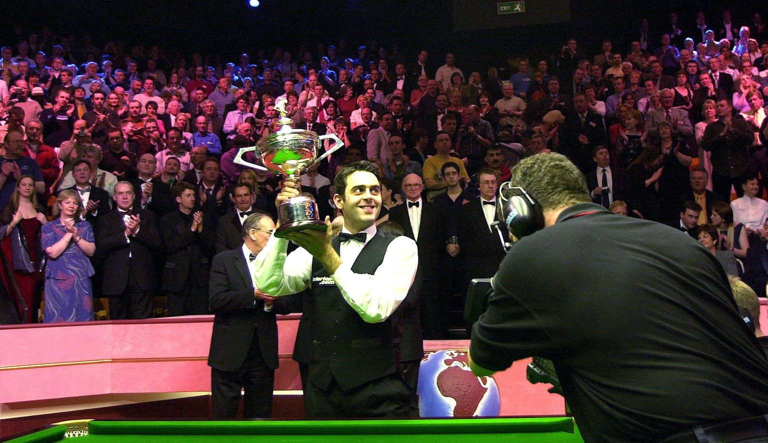 7 May 2001:  Ronnie O'sullivan of England shows off the trophy after beating John Higgins to win the final of the Embassy World Championship Snooker Finals at the Crucible Theatre, Sheffield. DIGITAL IMAGE. Mandatory Credit: Tom Shaw/ALLSPORT