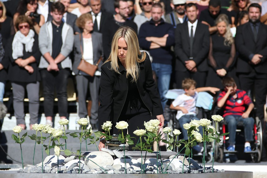 epa05586042 White roses representing each of the 86 victims are placed during the national ceremony to pay tribute to the victims of the 14 July terror attack in Nice, France, 15 October 2016. A total of 86 were killed and many more wounded after a truck drove into the crowd on the famous Promenade des Anglais during celebrations of Bastille Day in Nice, on 14 July 2016.  EPA/ERIC GAILLARD / POOL MAXPPP OUT