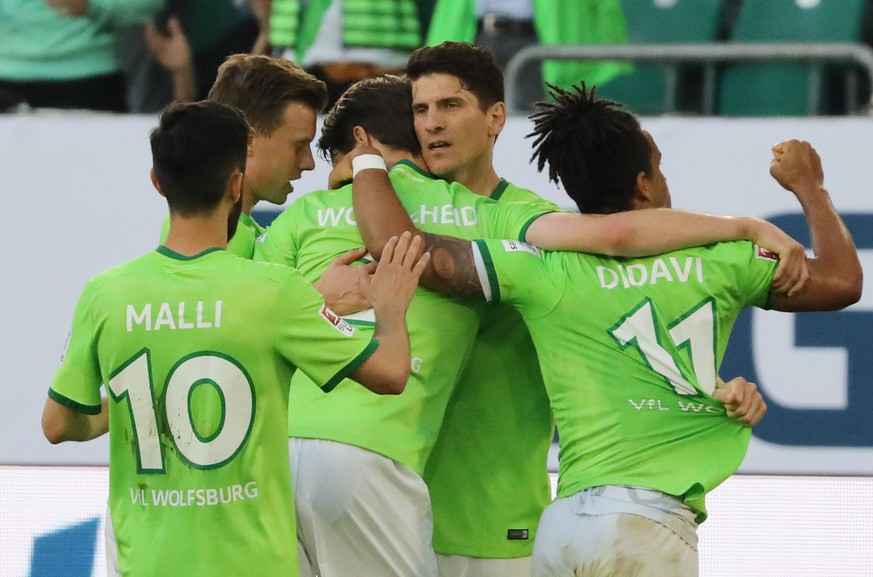 epa05990221 Wolfsburg's Mario Gomez (C) celebrates with teammates after scoring the opening goal from the penalty spot during the German Bundesliga Relegation soccer match between VfL Wolfsburg and Eintracht Braunschweig Wolfsburg, Germany, 25 May 2017.  EPA/FOCKE STRANGMANN (EMBARGO CONDITIONS - ATTENTION: Due to the accreditation guidlines, the DFL only permits the publication and utilisation of up to 15 pictures per match on the internet and in online media during the match.)
