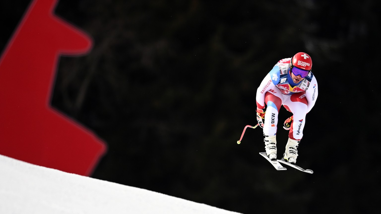 epa08961674 Beat Feuz of Switzerland speeds down the slope during the Men's Downhill race at the FIS Alpine Skiing World Cup in Kitzbuehel, Austria, 24 January 2021.  EPA/CHRISTIAN BRUNA