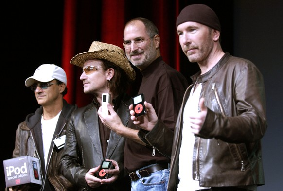 SAN JOSE, CA - OCTOBER 26:  Steve Jobs (2nd-R) of Apple Computer poses with Interscope Geffen A&M Records Chairman Jimmy Iovine (L) Bono (2nd-L) and The Edge (R) of U2 at a celebration of the release of a new Apple iPod family of products at the California Theatre on October 26, 2004 in San Jose, California.  (Photo by Tim Mosenfelder/Getty Images)