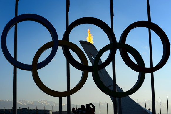 The Olympic Flame is on on the top of the Olympic cauldron trought the Olympic Rings in the Olympic Park during the XXII Winter Olympics 2014 Sochi, in Sochi, Russia, on Saturday, February 8, 2014. (KEYSTONE/Laurent Gillieron)