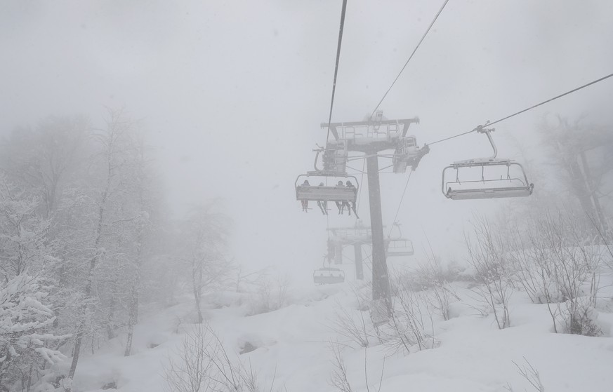 epa07406233 View of cable car during snowfall in in Rosa Khutor, Russia, 01 March 2019. Training session for the women's Alpine Downhill race at the FIS Alpine Skiing World Cup event is cancelled due to the conditions the weather.  EPA/YURI KOCHETKOV