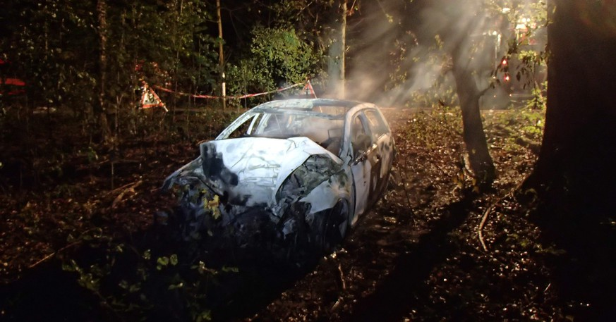 epa04950370 A handout photo provided by the Cantonal police Aargau (Kantonspolizei Aargau) on 26 September 2015 of a burned out vehicle photographed after an automobile accident, in which five people were killed and two others seriously injured, in Rheinfelden, Switzerland, on Friday, 25 September 2015.  EPA/KANTONSPOLIZEI AARGAU / HANDOUT MANDATORY CREDIT: KANTONSPOLIZEI AARGAU HANDOUT EDITORIAL USE ONLY/NO SALES