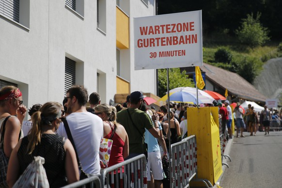 Festival visitors wait in the queue for the Gurtenbahn, at the first day of the Gurten music open air festival in Bern, Switzerland, Thursday, July 16, 2016. (KEYSTONE/Peter Klaunzer)