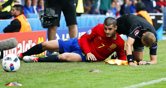 epa05361472 Alvaro Morata (C) of Spain collides with the assistant referee during the UEFA EURO 2016 group D preliminary round match between Spain and the Czech Republic at Stade Municipal de Toulouse in Toulouse, France, 13 June 2016.