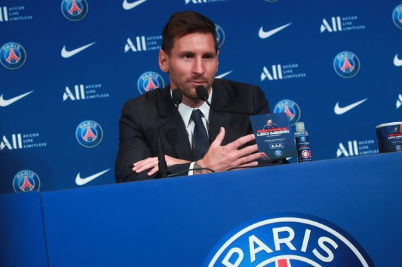 epa09409411 Argentinian striker Lionel Messi during his press conference as part of his official presentation at the Parc des Princes stadium, in Paris, France, 11 August 2021. Messi arrived in Paris on 09 August and signed a contract with French soccer club Paris Saint-Germain.  EPA/CHRISTOPHE PETIT TESSON