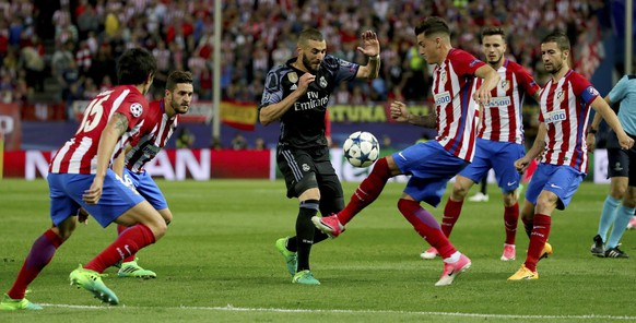 epa05955922 Real Madrid's Karim Benzema (3-L) vies for the ball with Atletico Madrid's Uruguayan defender Jose Maria Gimenez (3R)  during the UEFA Champions League semifinal second leg match between Atletico Madrid and Real Madrid at the Vicente Calderon stadium, in Madrid, Spain, 10 May 2017.  EPA/JUANJO MARTIN
