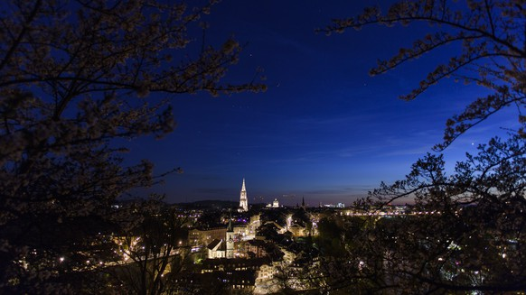 epa06676222 The City of Bern pictured during a beautiful sunset in springtime from Rosengarten, Bern, Switzerland, this 17 April 2018.  EPA/ANTHONY ANEX