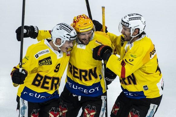 Berns Mika Henauer, Vincent Praplan und Simon Moser, von links, feiern den Treffer zum 4:2 im Eishockey Meisterschaftsspiel der National League zwischen dem EHC Biel und dem SC Bern, am Dienstag, 20. Oktober 2020, in der Tissot Arena in Biel. (KEYSTONE/Peter Schneider).