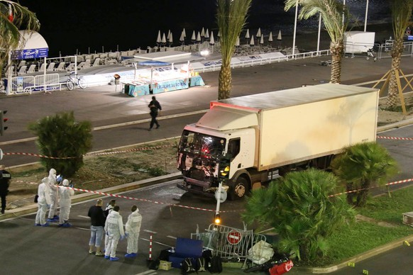JAHRESRUECKBLICK 2016 - INTERNATIONAL - Authorities investigate a truck after it plowed through Bastille Day revelers in the French resort city of Nice, France, Thursday, July 14, 2016. France was ravaged by its third attack in two years when a large white truck mowed through revelers gathered for Bastille Day fireworks in Nice, killing at dozens of people as it bore down on the crowd for more than a mile along the Riviera city's famed seaside promenade. (KEYSTONE/Sasha Goldsmith via AP)