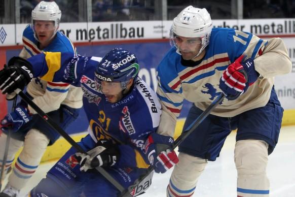 12.10.2014; Zuerich; Eishockey NLA - ZSC Lions - HC Davos; Mauro Joerg (L, Davos) gegen Nadri Stoffel (R, ZSC) (Francoise Ducrey/freshfocus)