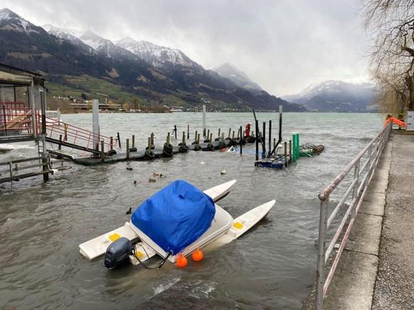 """In Sarnen riss """"Sabine"""" einen Teil eines Bootsstegs ab und ein daran befestigtes Motorboot sank."""