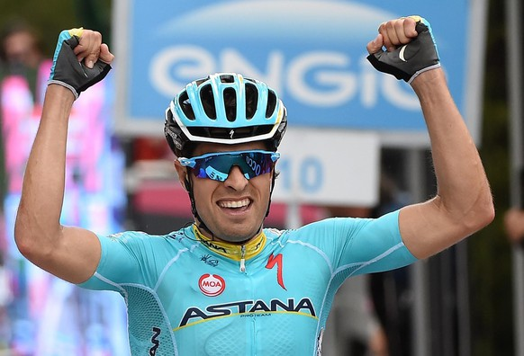 epa04765707 Spanish rider Mikel Landa of the Astana Pro team celebrates as he crosses the finis line to win the 15th stage of the 98th Giro d'Italia cycling tour, over 165 km from Marostica to Madonna di Campiglio, Italy, 24 May 2015.  EPA/DANIEL DAL ZENNARO