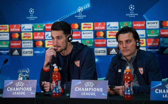 epa06598955 Vincenzo Montella (R), head coach of Sevilla FC, and his player Sergio Rico attend a press conference held at the Old Trafford in Manchester, Britain, 12 March 2018. Sevilla FC will face Manchester United on 13 March 2018 in the UEFA Champions League round of 16 second leg soccer match.  EPA/PETER POWELL