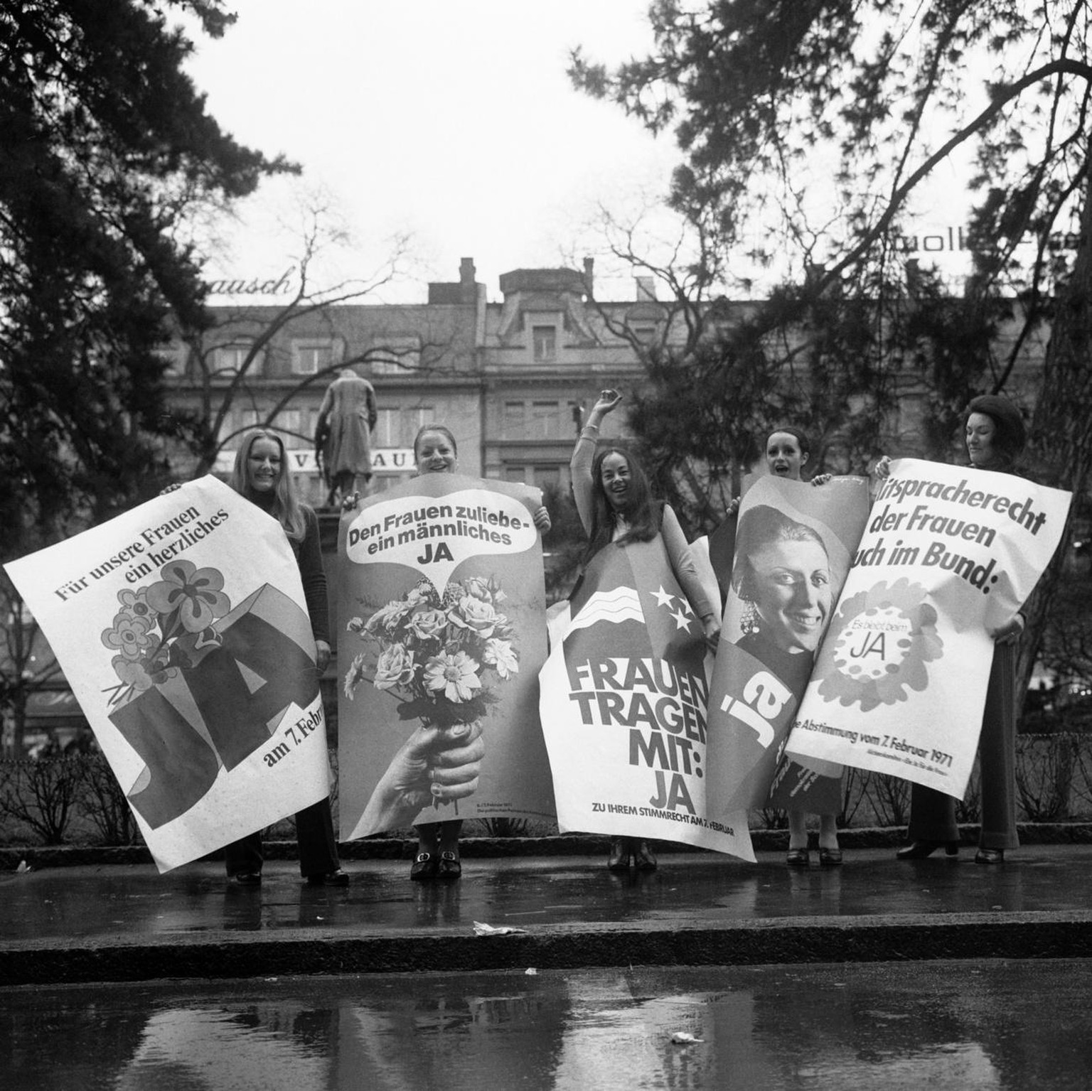 Supporters of the women's right to vote pose with posters in the run-up to the federal vote on February 7, 1971, pictured in Zurich, Switzerland, on January 26, 1971. (KEYSTONE/Str)  Befuerworterinnen des Frauenstimmrechts posieren am 26. Januar im Vorfeld der nationalen Abstimmung vom 7. Februar 1971 zum Frauenstimmrecht auf Bundesebene mit Ja-Plakaten in Zuerich, Schweiz. (KEYSTONE/Str)