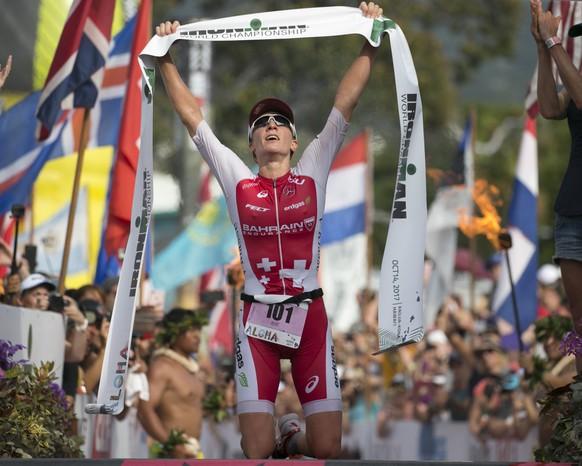 ARCHIVBILD ZUM KEYSTONE-SDA INTERVIEW MIT DER TRIATHLETIN DANIELA RYF - Daniela Ryf, of Switzerland, reacts after winning the Ironman World Championship Triathlon, Saturday, Oct. 14, 2017, in Kailua-Kona, Hawaii. (AP Photo/Marco Garcia)