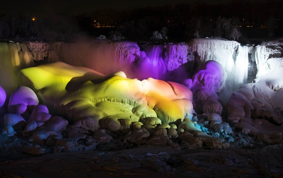 A partially frozen Niagara Falls is seen on the American side lit by lights during sub freezing  temperatures in Niagara Falls, Ontario March 3, 2014.    REUTERS/Mark Blinch (CANADA - Tags: ENVIRONMENT TRAVEL)