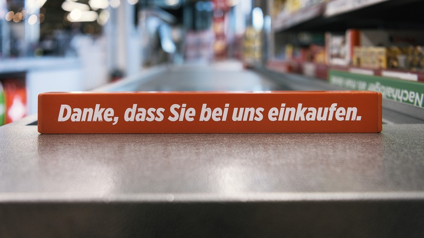A checkout divider which reads 'Danke, dass Sie bei uns einkaufen' (English: thank you for shopping with us) on a conveyor belt pictured in a branch of retailer Denner in Rueschlikon, canton of Zurich, Switzerland, on May 10, 2016. (KEYSTONE/Christian Beutler)