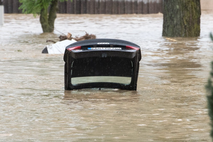 epa05340560 The open trunk of a car in floodwaters in Triftern, Germany, 01 June 2016. Heavy storms and severe weather hit parts of southern Germany on 29 May causing floods and extensive damage.  EPA/ARMIN WEIGEL  EPA/ARMIN WEIGEL
